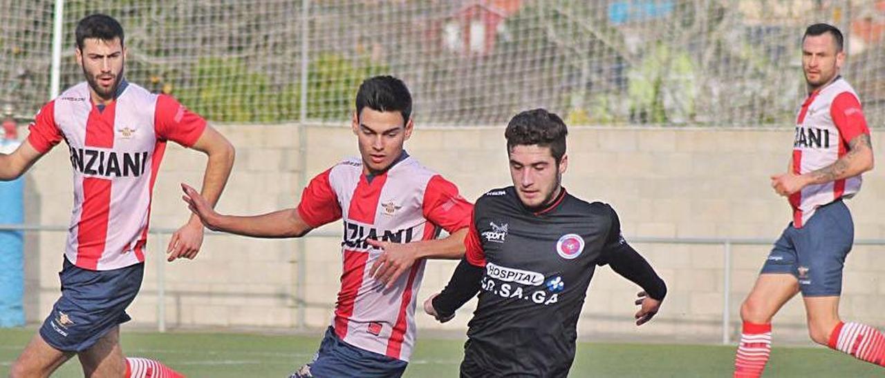 Un partido en 2019, con Abel Martínez, a la izquierda, que regresa al Alondras, y Aitor Díaz, a la derecha, que deja el club cangués. |  // Y.S.