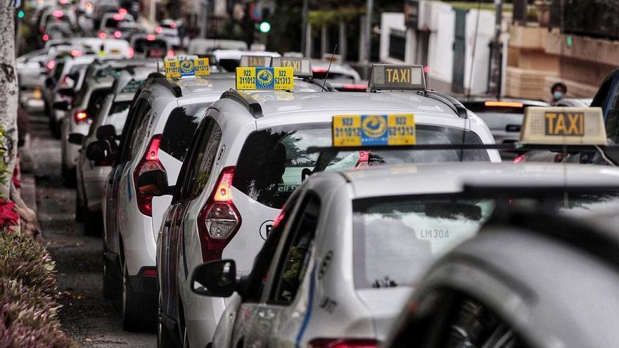 Unos doscientos taxis colapsan las ramblas de Santa Cruz