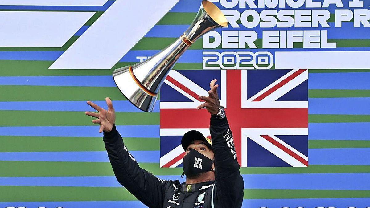 Hamilton lanza el trofeo tras conquistar la victoria en Nürburgring.