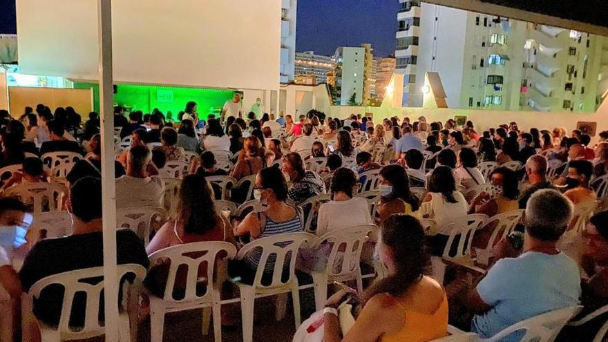 """Desalojan a 220 personas sentadas """"codo con codo"""" en un cine de verano"""