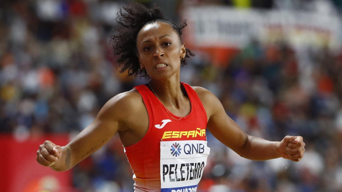 La atleta española Ana Peleteiro entre en escena en triple salto.