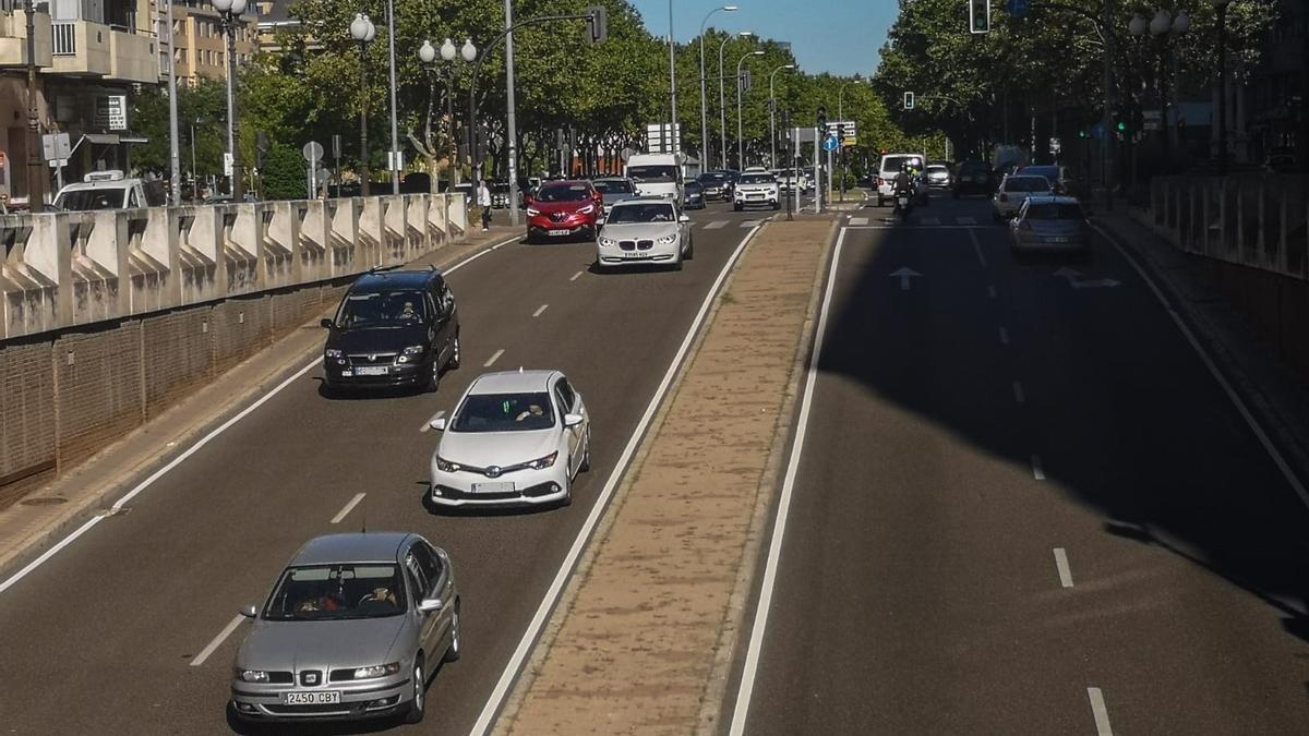 Varios coches en Cardenal Cisneros, una de las calles con más tráfico en Zamora
