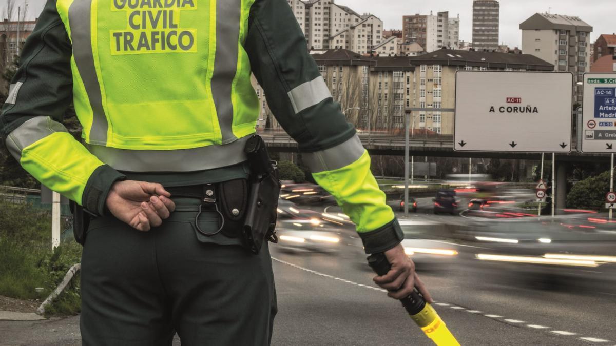 Un agente de la Guardia Civil de Tráfico, durante un dispositivo en A Coruña.