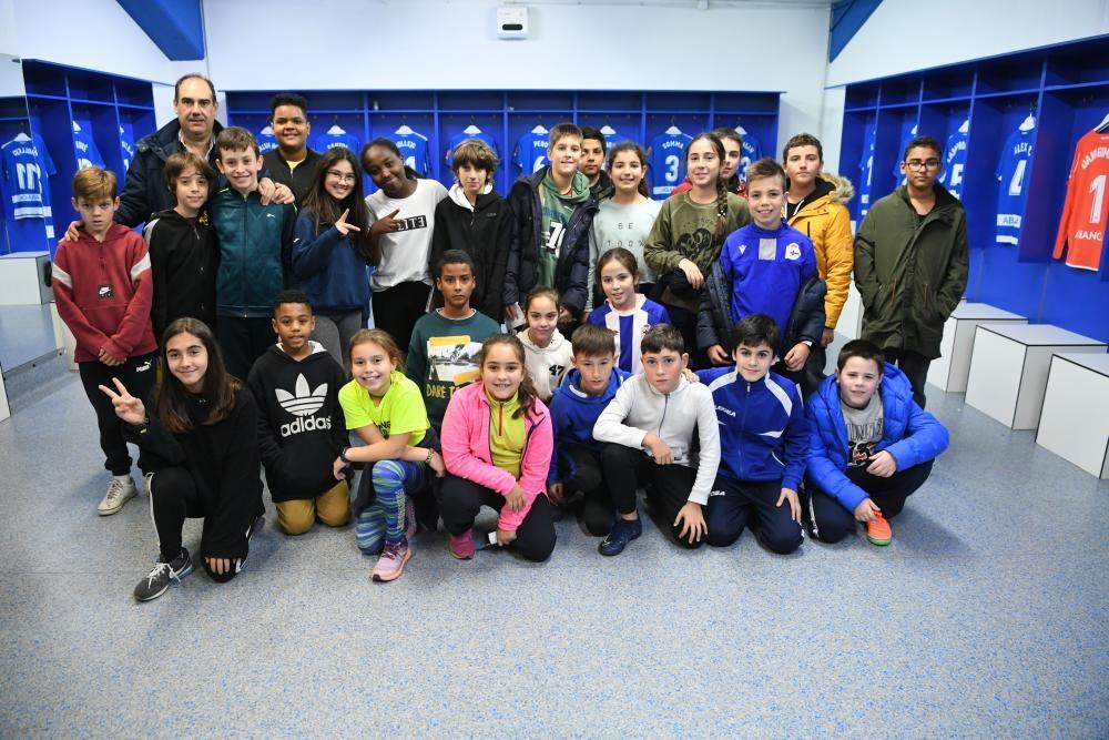 Los estudiantes han realizado un recorrido por los rincones del estadio de Riazor - Han conocido a los jugadores Martí Vilà, del Fabril, y Silvia y Cris, del Dépor Abanca