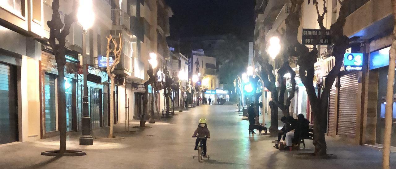 Desolación. La avenida de La Alameda de Benidorm, que varios años ha aparecido en las estadísticas oficiales como la calle más transitada de España, en una imagen tomada esta semana, a media tarde.