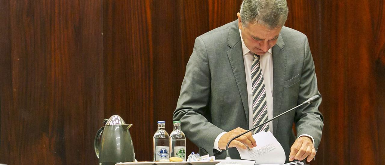 José Juan Sánchez Arencibia, interventor del Cabildo, durante un Pleno. | | LP/DLP