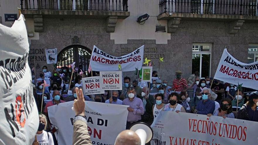 """Cientos de personas protestan en A Coruña contra la """"barbaridad"""" de la expansión eólica"""