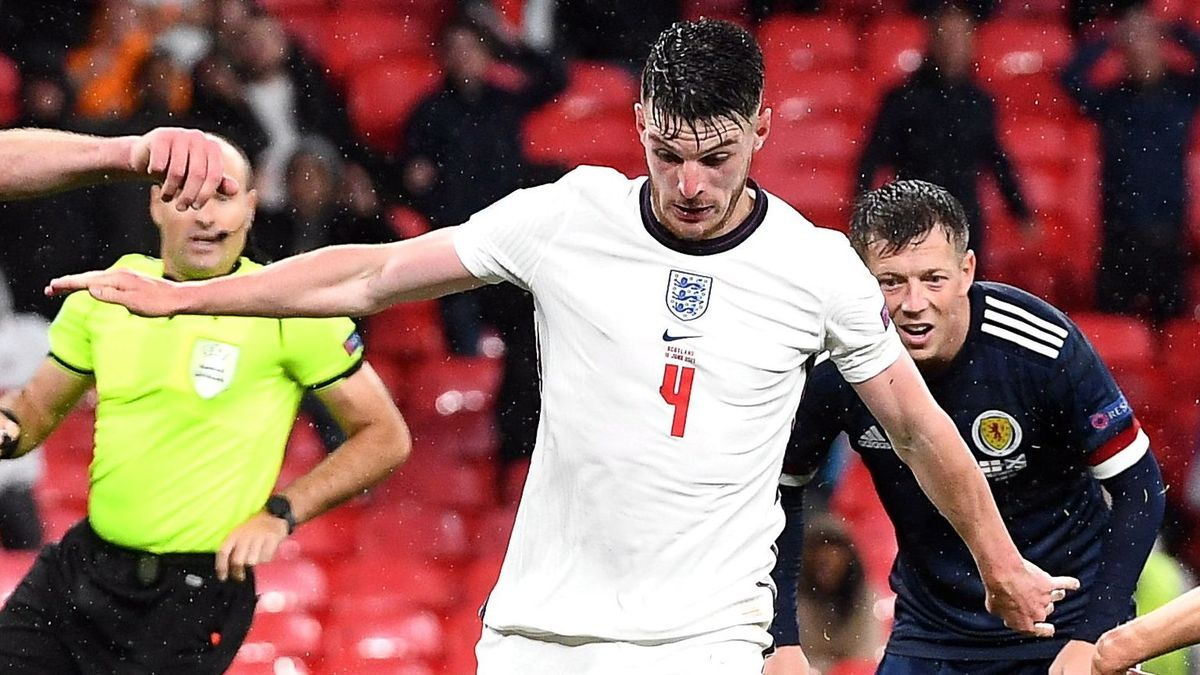 Declan Rice, de Inglaterra, en una jugada ante Escocia.