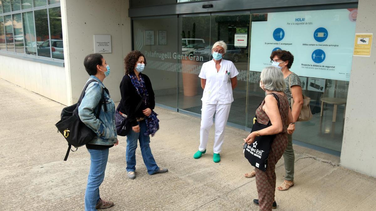 Treballadores del geriàtric Palafrugell Gent Gran davant la porta del centre