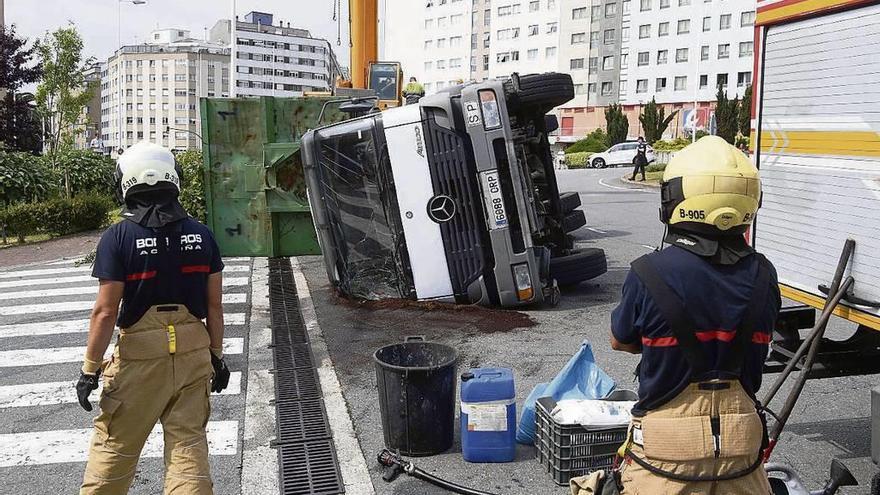 Vuelco de un camión sin heridos en Monelos