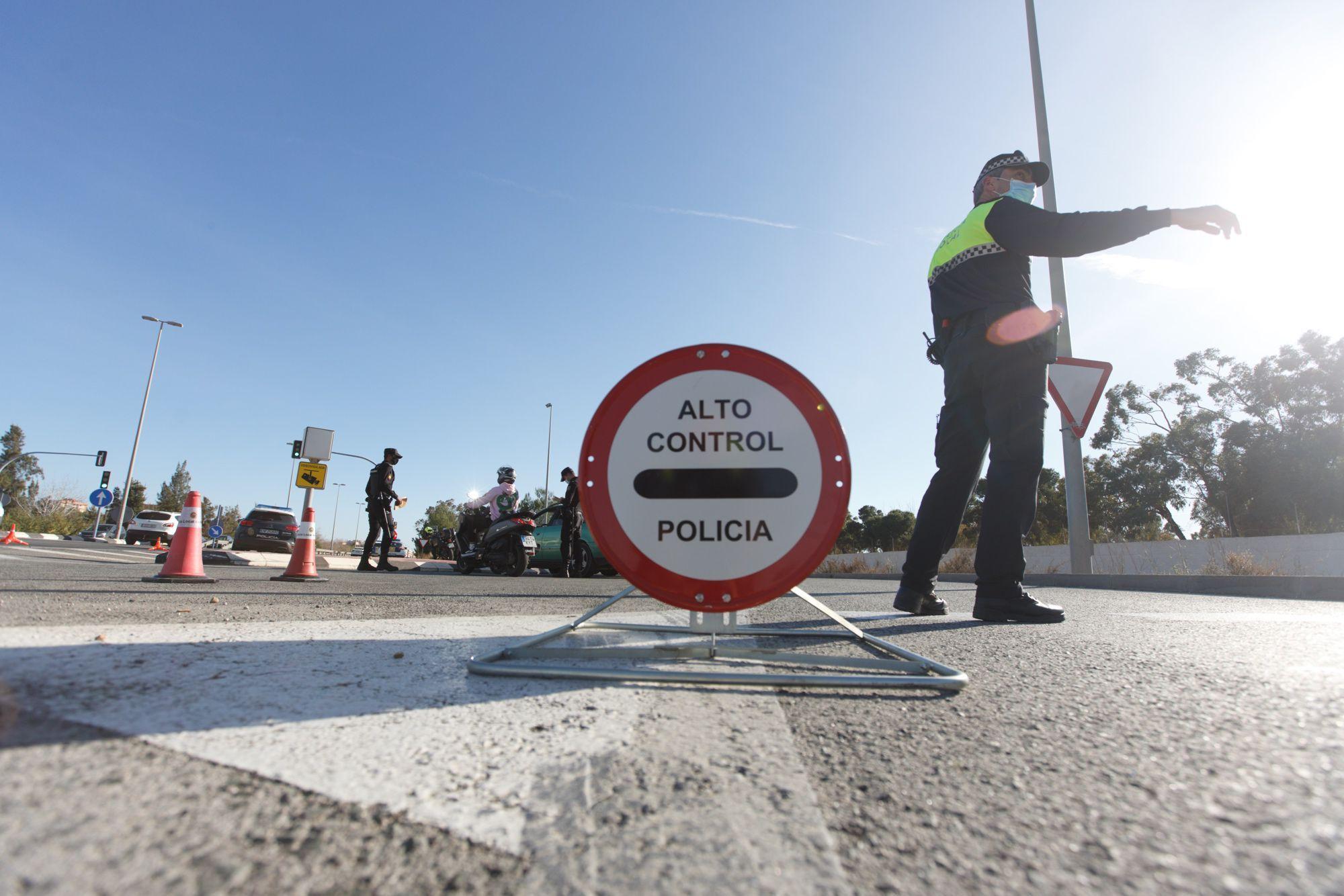 Los controles policiales provocan colas kilométricas en el acceso a Alicante