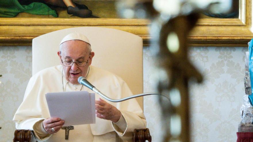 El Papa, ausente en la misa por ciática, agradece la labor de sanitarios y docentes