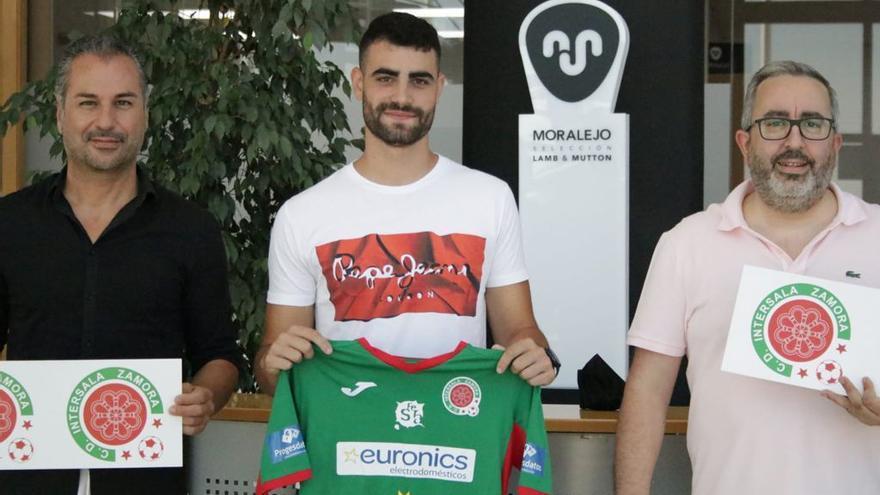 Ángel Sánchez ya posa con la camiseta del InterSala Zamora