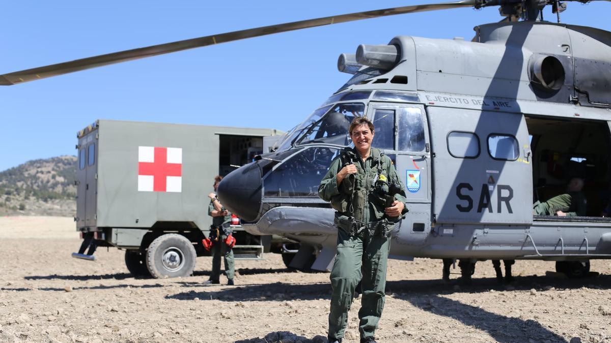 La capitana Fernández Yécora, ante un helicópero del SAR.