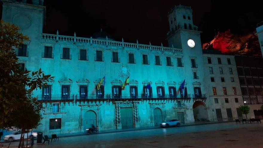 El Ayuntamiento de Alicante se ilumina en el Día Internacional de la Miastenia