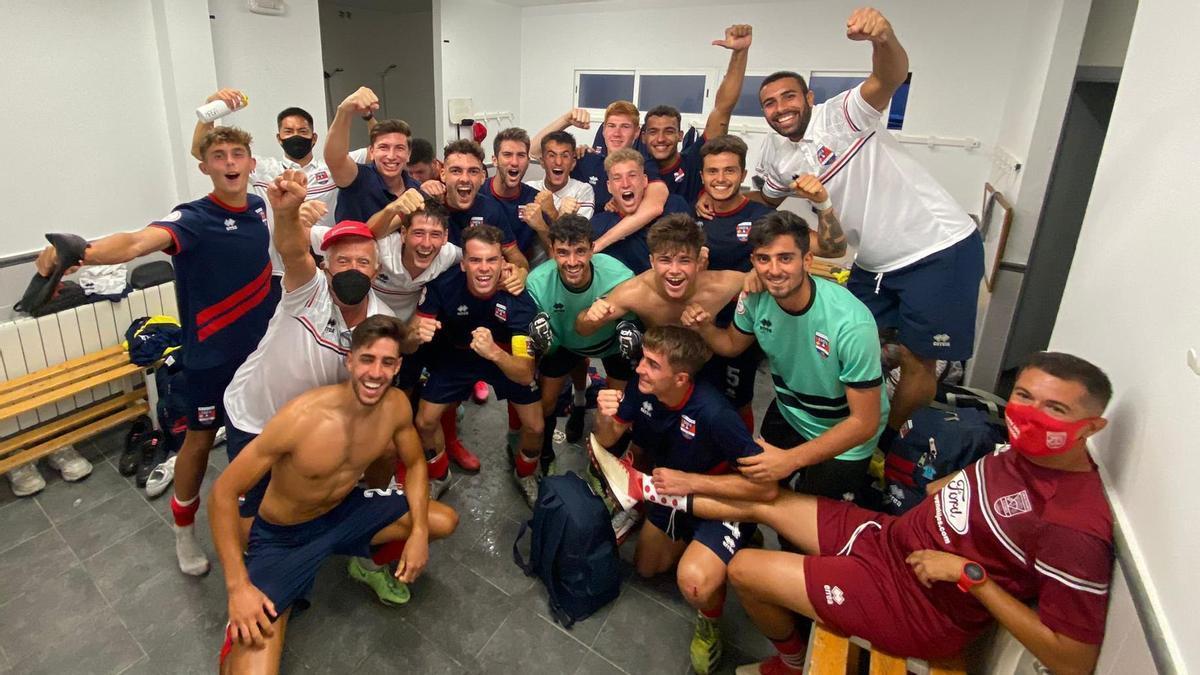 Los jugadores del Diocesano celebran su victoria en el vestuario del Municipal Fernando Robina.