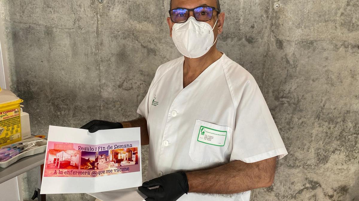 El enfermero Juan Carlos Púa posa con su premio.