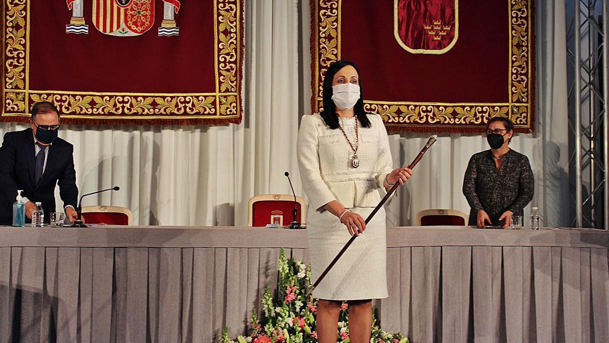 Remedios Lajara tras recoger el bastón de mando en el Auditorio Juan Miguel Benedito | AYTO.YECLA