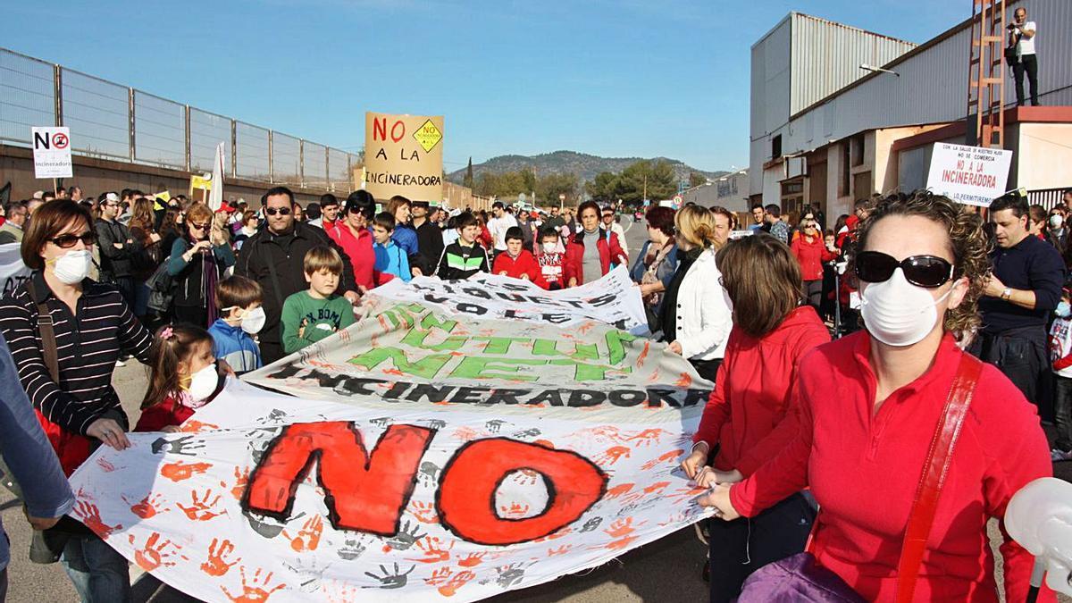 Imagen de archivo de la protesta que protagonizaron los vecinos contra la incineradora que planteaba Reyval.