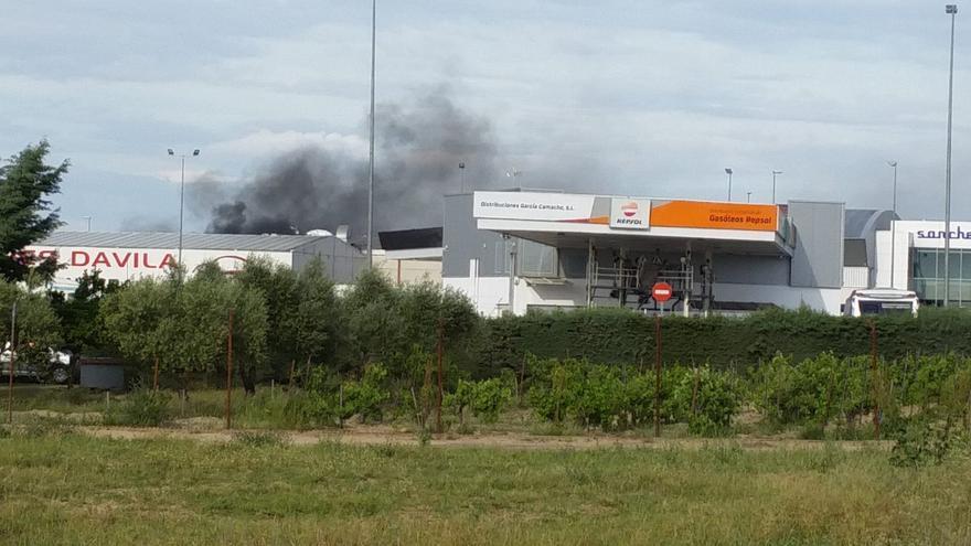 Nueve vehículos afectados en un incendio en un polígono industrial de Don Benito