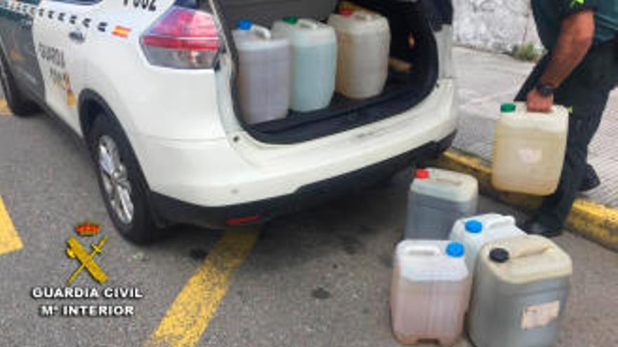 Incautados 170 litros de aguardiente clandestina en un bar de Ponte Caldelas