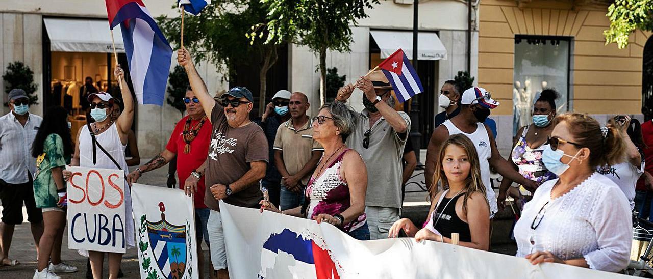 Cubanos y simpatizantes durante la concentración «en contra de la represión».