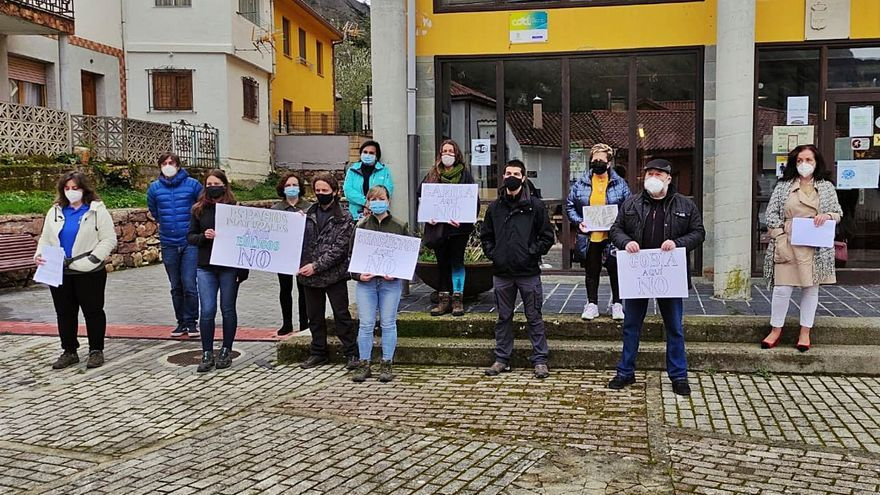 """Los vecinos de Somiedo, en pie de guerra contra los parques eólicos: """"Estamos mosqueados"""""""