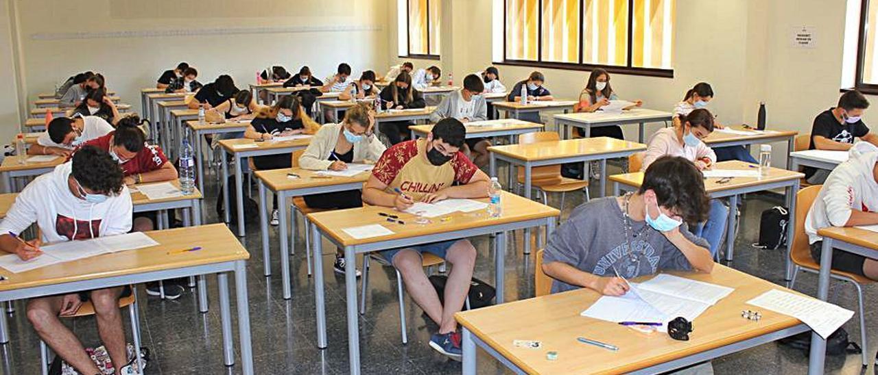 Estudiantes realizan una prueba en Ontinyent, ayer   LEVANTE-EMV