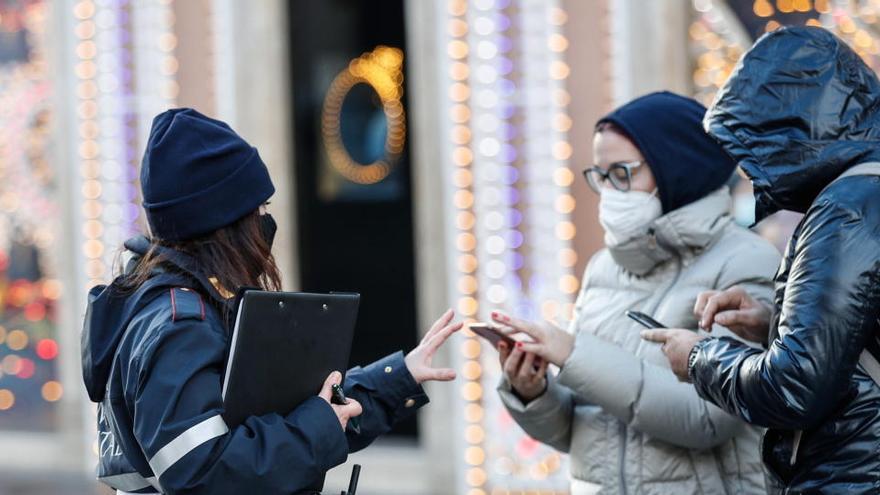 Una mujer informa a ciudadano de Roma.
