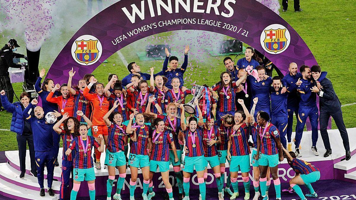 Les jugadores del Barça aixequen la primera Champions de la seva història