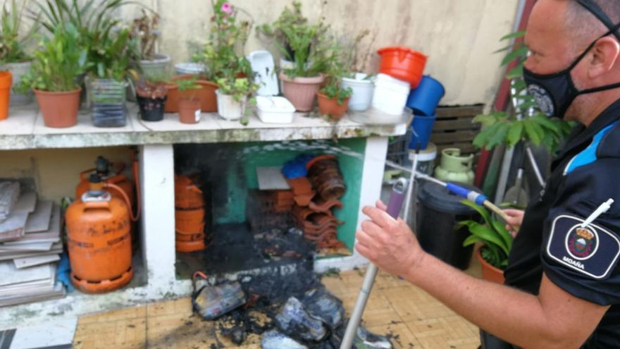 La Policía de Moaña detiene un fuego al lado de unas bombonas de butano