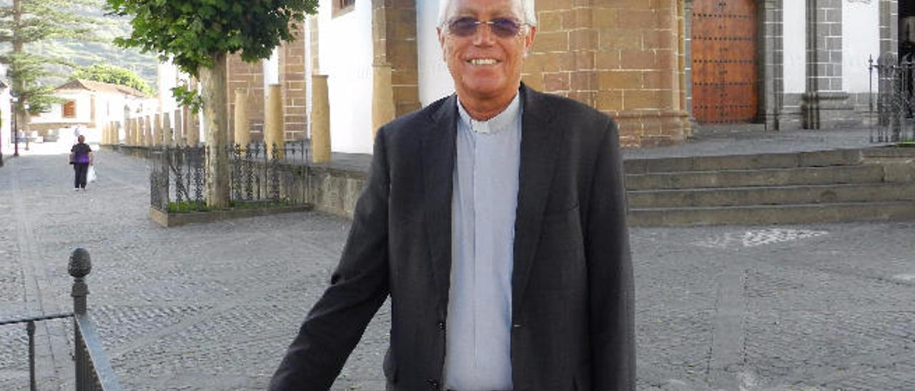 El vicario Hipólito Cabrera, frente a la basílica del Pino en Teror.