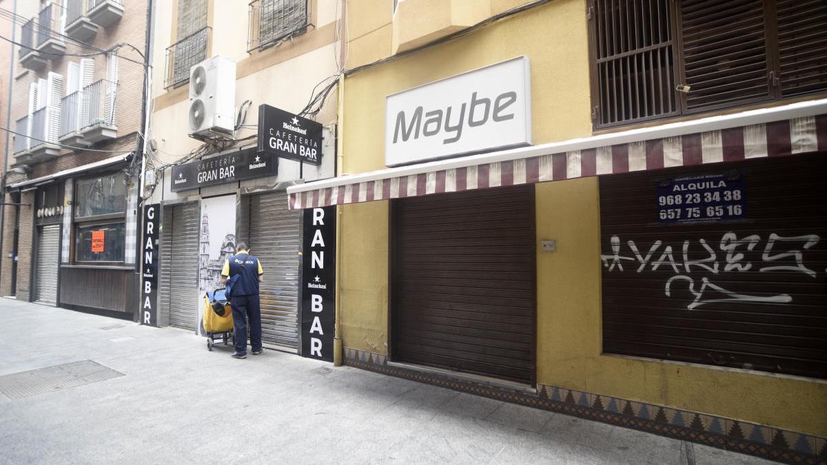 Locales en alquiler junto a la plaza de Las Flores de Murcia que ocuparon bares ya cerrados.