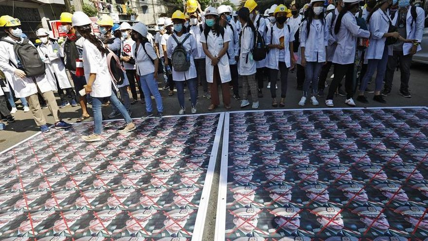 Muere un manifestante por disparos de la policía en las protestas en Birmania