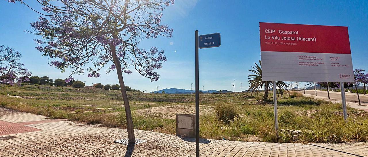 Los terrenos donde se ubicará el Gasparot con el cartel de la primera empresa.
