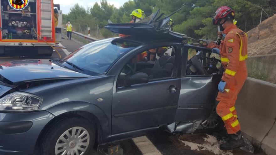 Los bomberos excarcelan a dos personas de sus coches en sendos accidentes