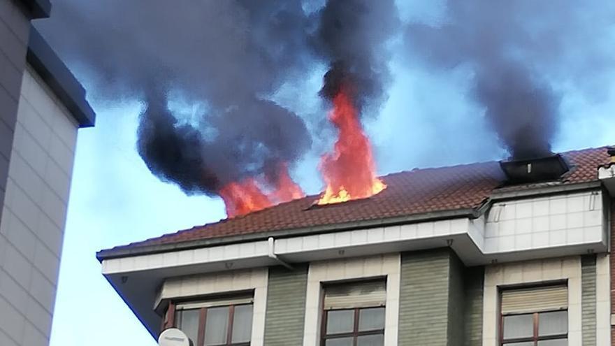 Espectacular incendio de un ático en Gijón
