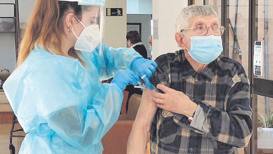 Los mallorquines de entre 90 y 95 años, citados a vacunarse el fin de semana