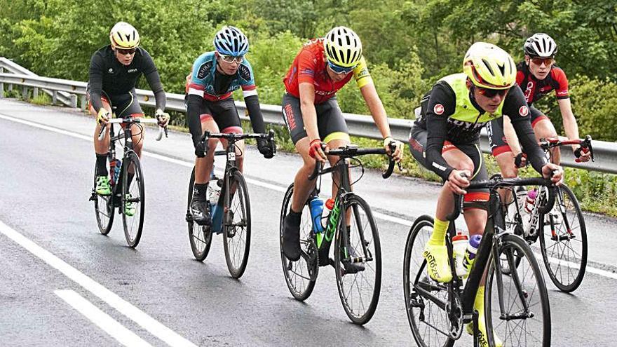 Ciclismo en Asturias: La Challenge Montaña Central, con 140 corredores de 20 equipos