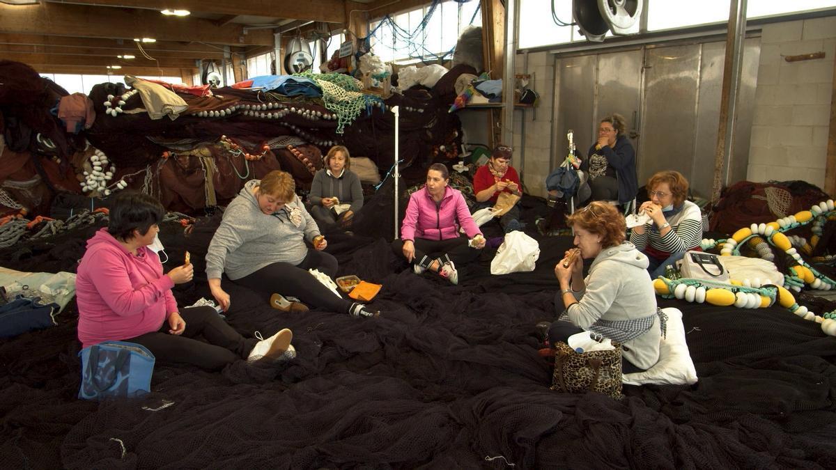 Un grupo de redeiras de Cangas, en una pausa en la nave en la que trabajan.