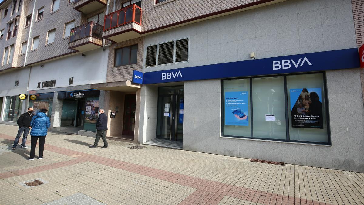 Fachada de la entidad bancaria atracada en Ponferrada.