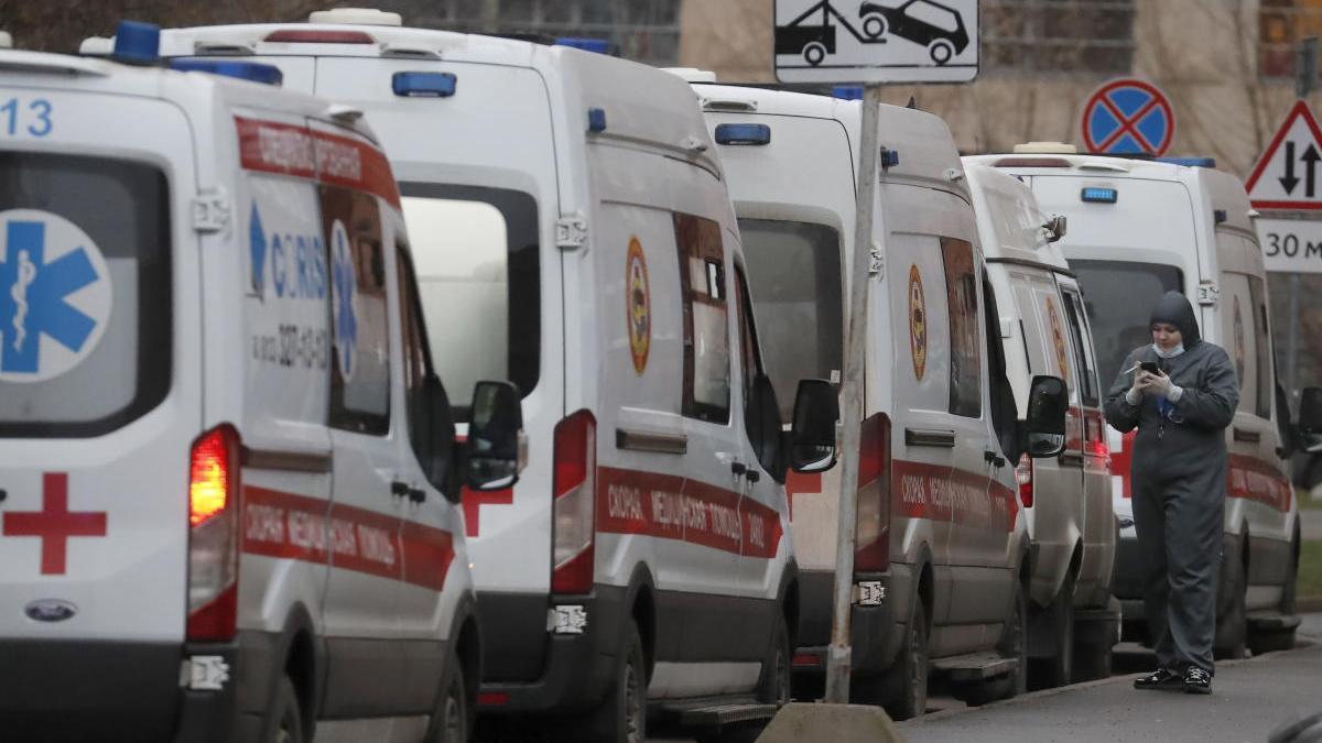 Hilera de ambulancias a las puertas de un hospital