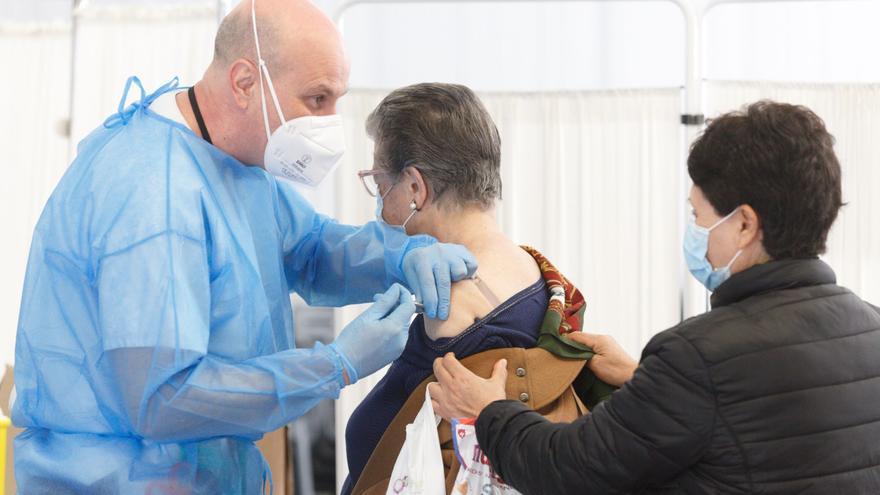 Sanidad comienza a citar a los octogenarios para vacunarles
