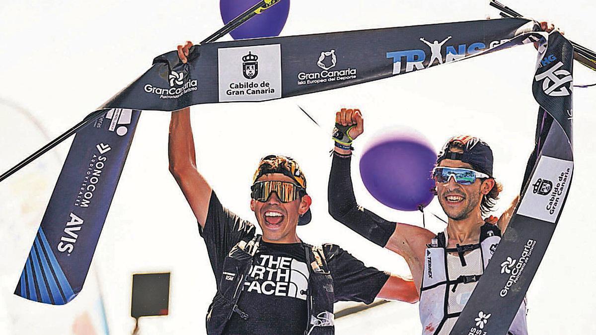 Pau Capell, a la izquierda, junto a Pablo Villa, ambos ganaron la edición 2020 de la Transgrancanaria al traspasar el cordón de meta cogidos de la mano. | | JORDI SARAGOSSA