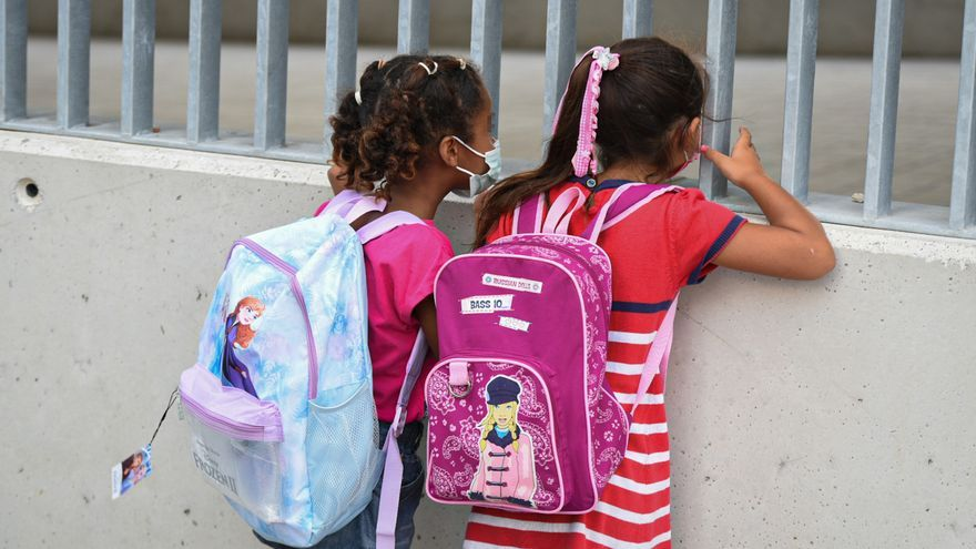 La mascarilla deja de ser obligatoria en los patios de los colegios de Madrid cuando existan distancias