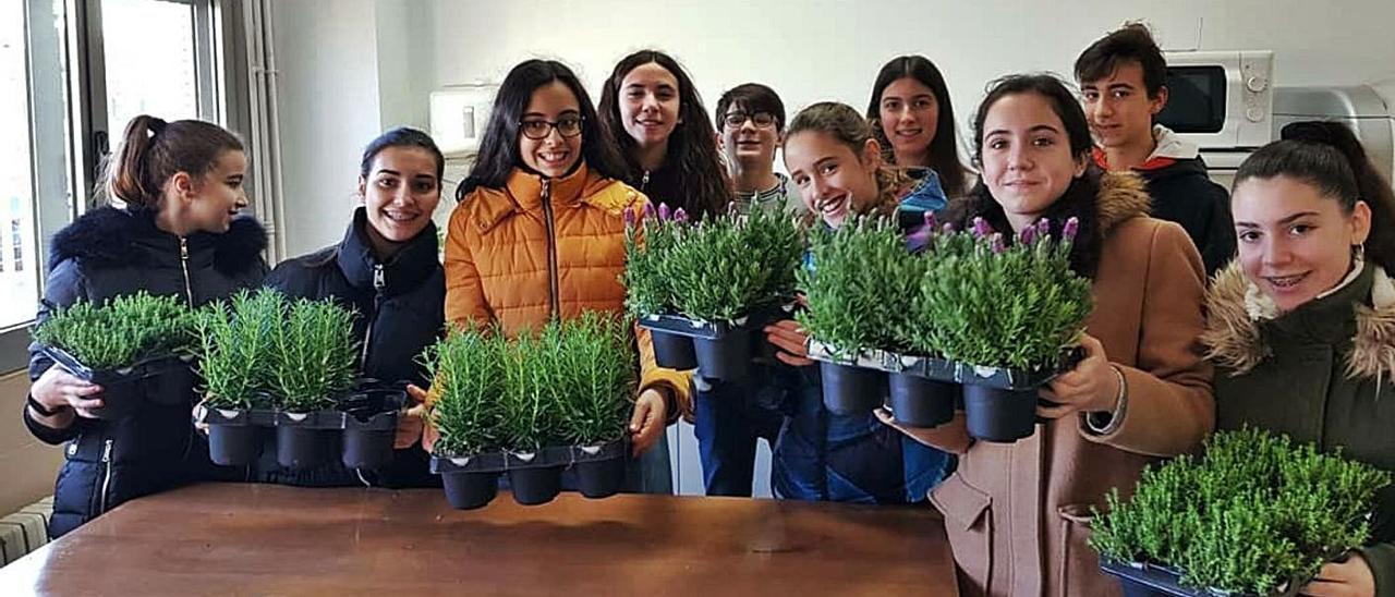 Alumnas y alumnos del IES con algunas de las plantas que han cultivado. A la derecha, profesores de otros centros conocen el proyecto del centro de Rafelbunyol. | L-EMV