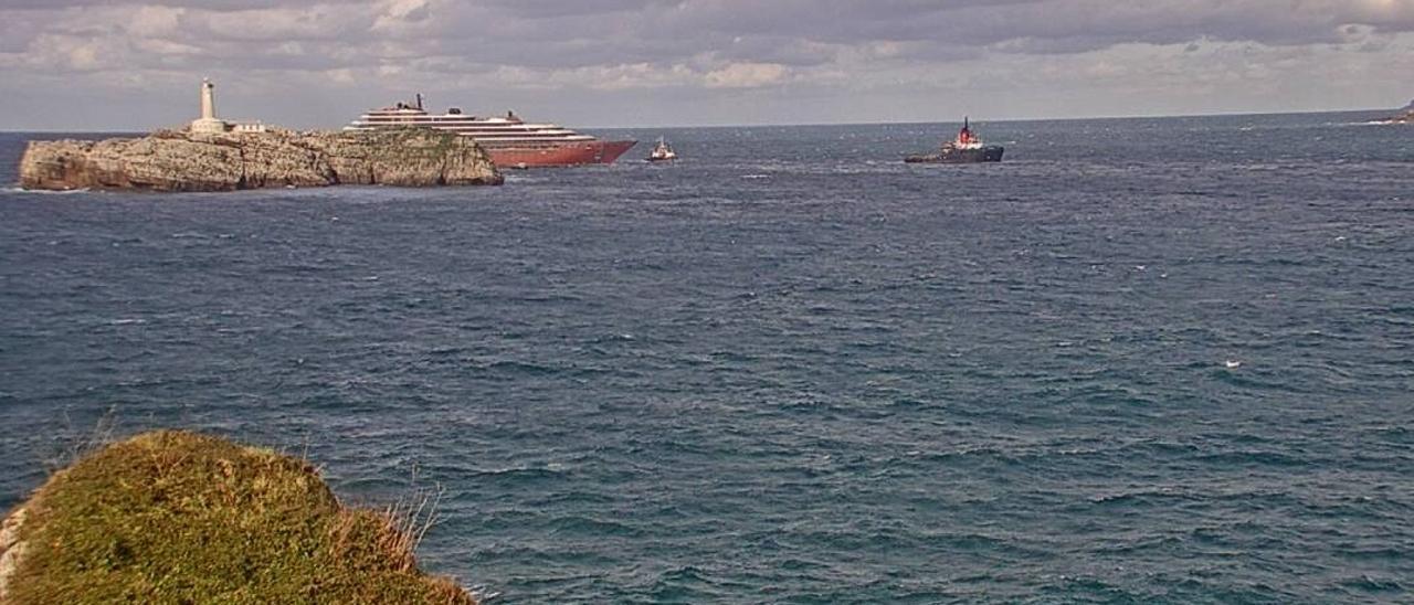 """El """"Evrima"""", a su entrada en la bahía de Santander."""