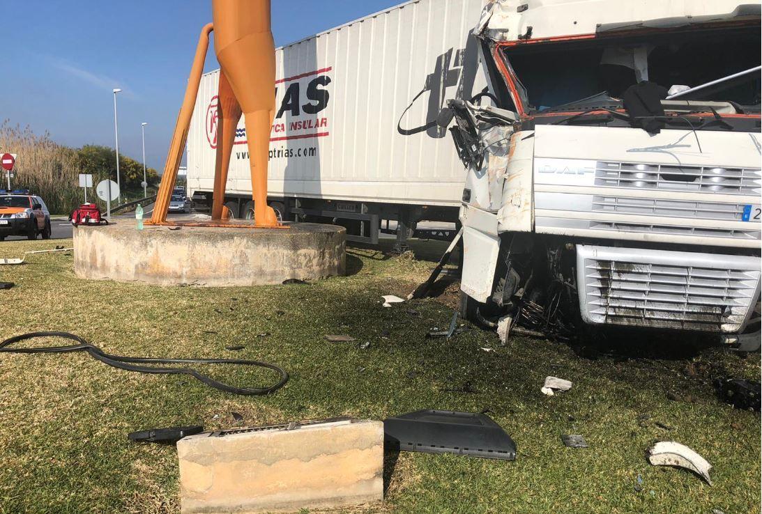 Un camión de gran tonelaje se sube a la rotonda del caballo de Alcúdia