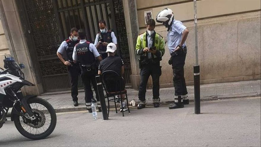 Un hombre raja la cara a su acompañante en plena calle de Barcelona