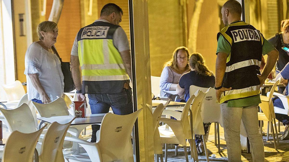 Agentes de la Policía Nacional recaban información en la terraza del local tras el acuchillamiento. | FERNANDO BUSTAMANTE